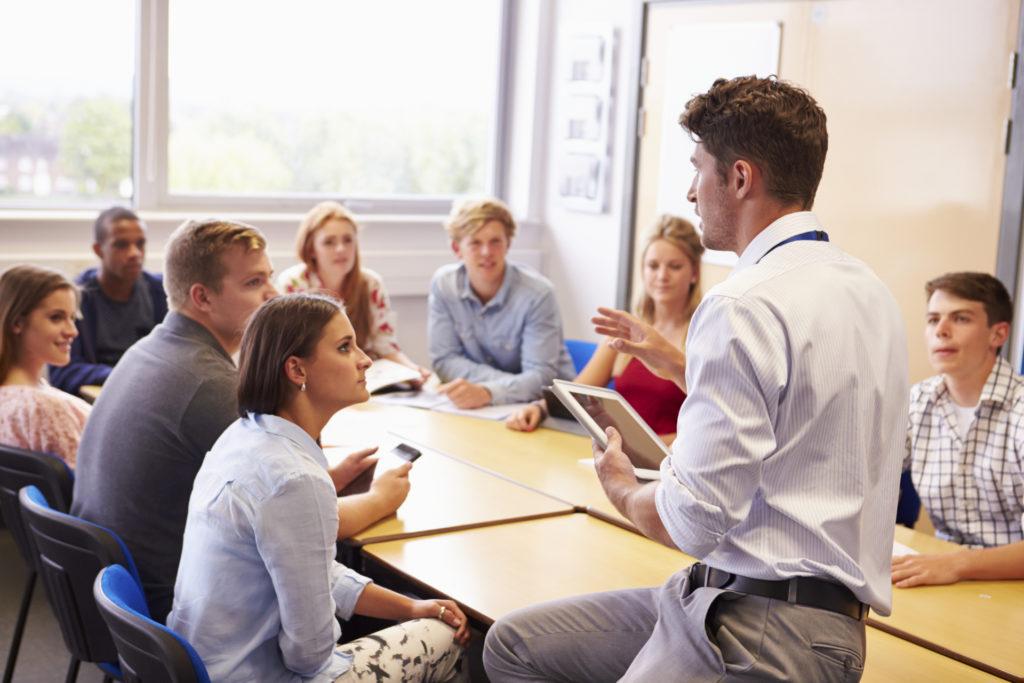 nauczyciel mówi do uczniów